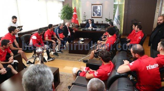 Şampiyonlar kupalarıyla Başakşehir'de