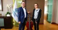 Başkan Kartoğlu, bilgievi öğrenicisine çello hediye etti