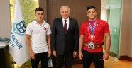 Başkan Uysal, dünya güreş şampiyonlarını kabul etti